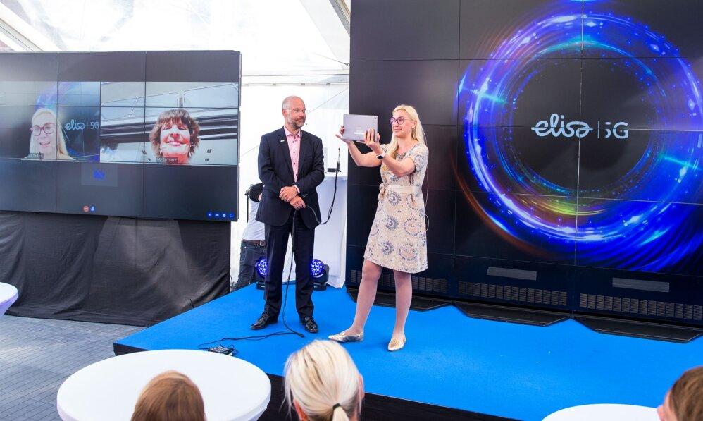 43f71457fc2 Elisa tegevjuht Sami Seppänen ja Eesti majandus- ja taristuminister Kadri  Simson teevad maailma esimese 5G kõne Helsingisse