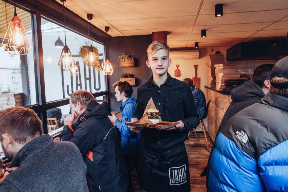 6b0a888665f Tallinnas Vabaduse väljaku ääres asuv Jahu Tänavagurmee peab end burgerite  maailmas gurmeeklassi kuuluvaks söögikohaks. Foto: Raul Mee